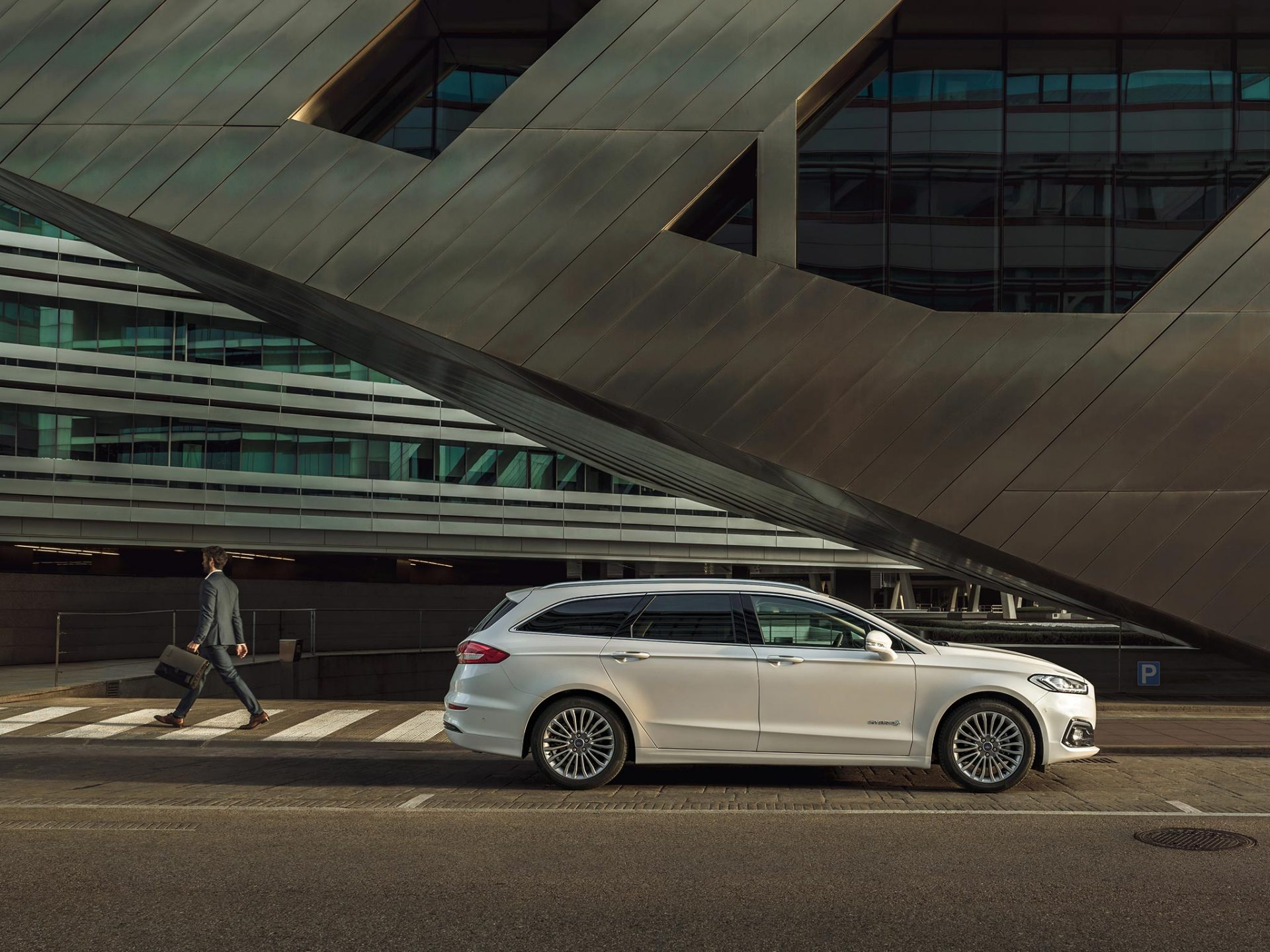 Ny Ford Mondeo Hybrid med mye utstyr - snakk med Bilfokus